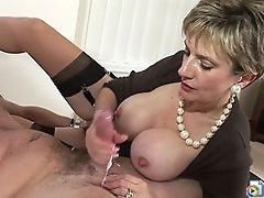 Le film porno de maman qui branle son pote